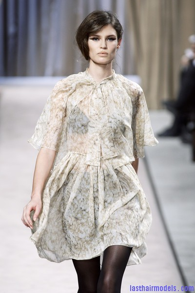 Giambattista+Valli+Fall+2010+1lt6coqIjtul Messy side partitioned ponytails: Fluffy and messy looks on the row!