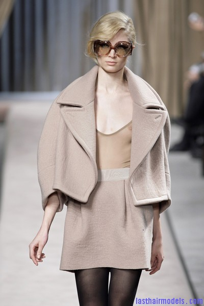 Giambattista+Valli+Fall+2010+3K0kj45PyOfl Messy side partitioned ponytails: Fluffy and messy looks on the row!