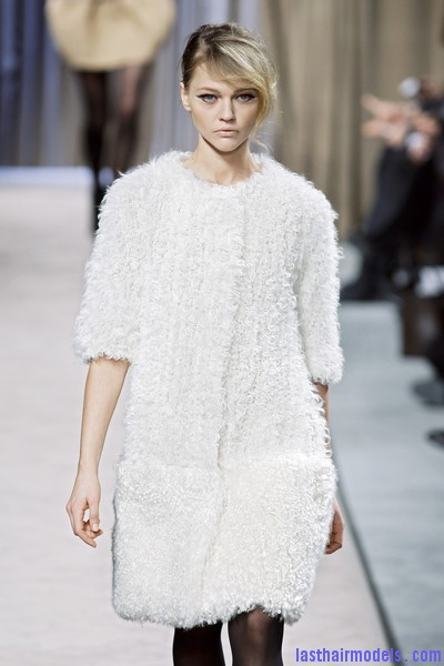 Giambattista+Valli+Fall+2010+6m1SU71G1Xwl Messy side partitioned ponytails: Fluffy and messy looks on the row!