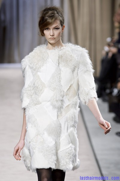 Giambattista+Valli+Fall+2010+ApBUccYajBel Messy side partitioned ponytails: Fluffy and messy looks on the row!