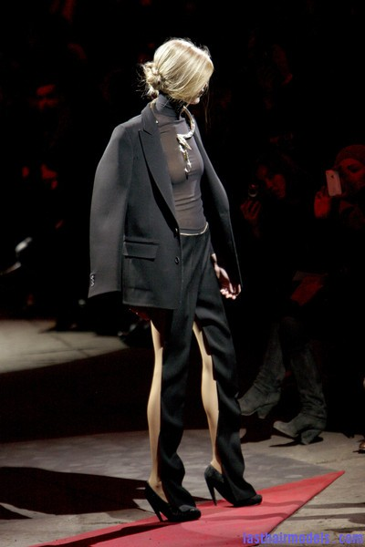Maison+Martin+Margiela+Fall+2010+K9YI0LyoBnJl  Sleek Side swept hairstyle: Tied at the back!