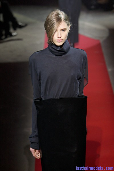 Maison+Martin+Margiela+Fall+2010+kTIYnFO5Q7al  Sleek Side swept hairstyle: Tied at the back!