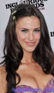 jessica lowndes 174x300 Pinning Up One Side Hair