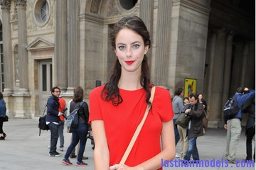 Louis+Vuitton+Front+Row+Paris+Fashion+Week+X1CR6lmOUUtm Kaya Scodelario's wavy half tie: Gorgeous hairstyle.