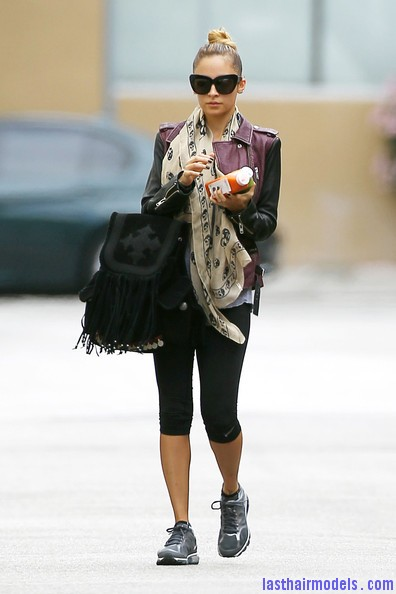Nicole+Richie+Scarves+Patterned+Scarf+V 41TIvTDrCl Nicole Ritchie's Top of the head knot: Clean swept up knot!!