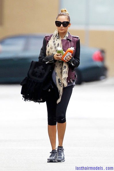 Nicole+Richie+Scarves+Patterned+Scarf+hkItKmGk8T2l Nicole Ritchie's Top of the head knot: Clean swept up knot!!
