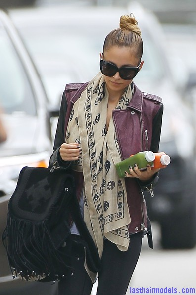 Nicole+Richie+Scarves+Patterned+Scarf+syQ SNllAiCl Nicole Ritchie's Top of the head knot: Clean swept up knot!!