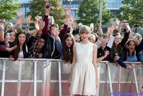 Taylor+Swift+Dresses+Skirts+Cutout+Dress+vMfJOIN70dil Taylor Swift's ponytail bun with bangs: Styled Hair in complete control!!!