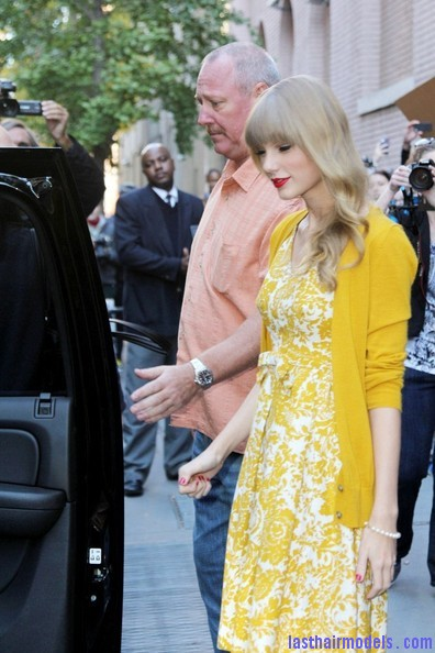 Taylor+Swift+Dresses+Skirts+Print+Dress+SDeYAsxMQ8Nl Taylor Swift's curls with front heavy bangs: Elegance!!!