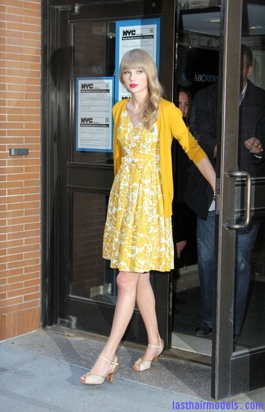 Taylor+Swift+Dresses+Skirts+Print+Dress+Zd3ECf3hvbil Taylor Swift's curls with front heavy bangs: Elegance!!!