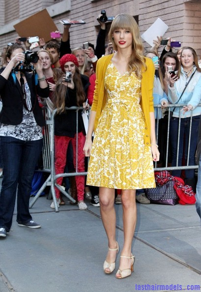 Taylor+Swift+Dresses+Skirts+Print+Dress+ipsvHnRgt4Ul Taylor Swift's curls with front heavy bangs: Elegance!!!