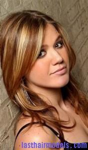 kelly clarkson7 177x300 Kelly Clarkson With Chunky Highlights